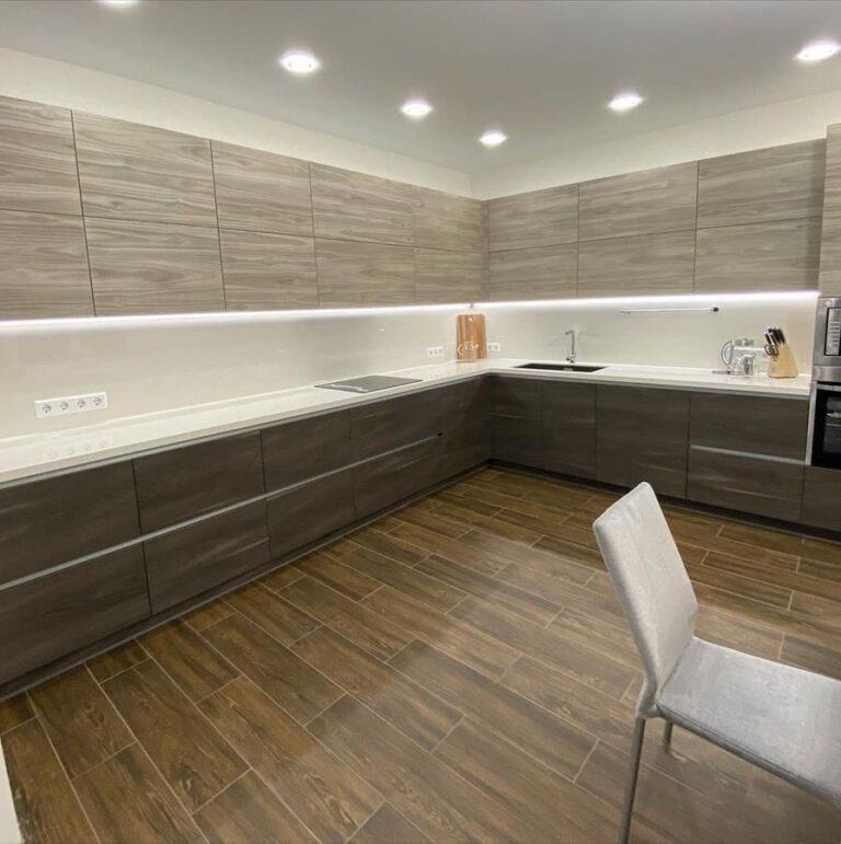 большая кухня с подсветкой