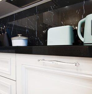 кухня с фасадами в алюминиевой рамке на заказ